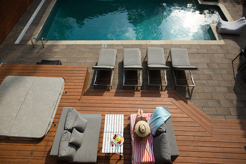 Terasa kolem bazénu z terasových prken